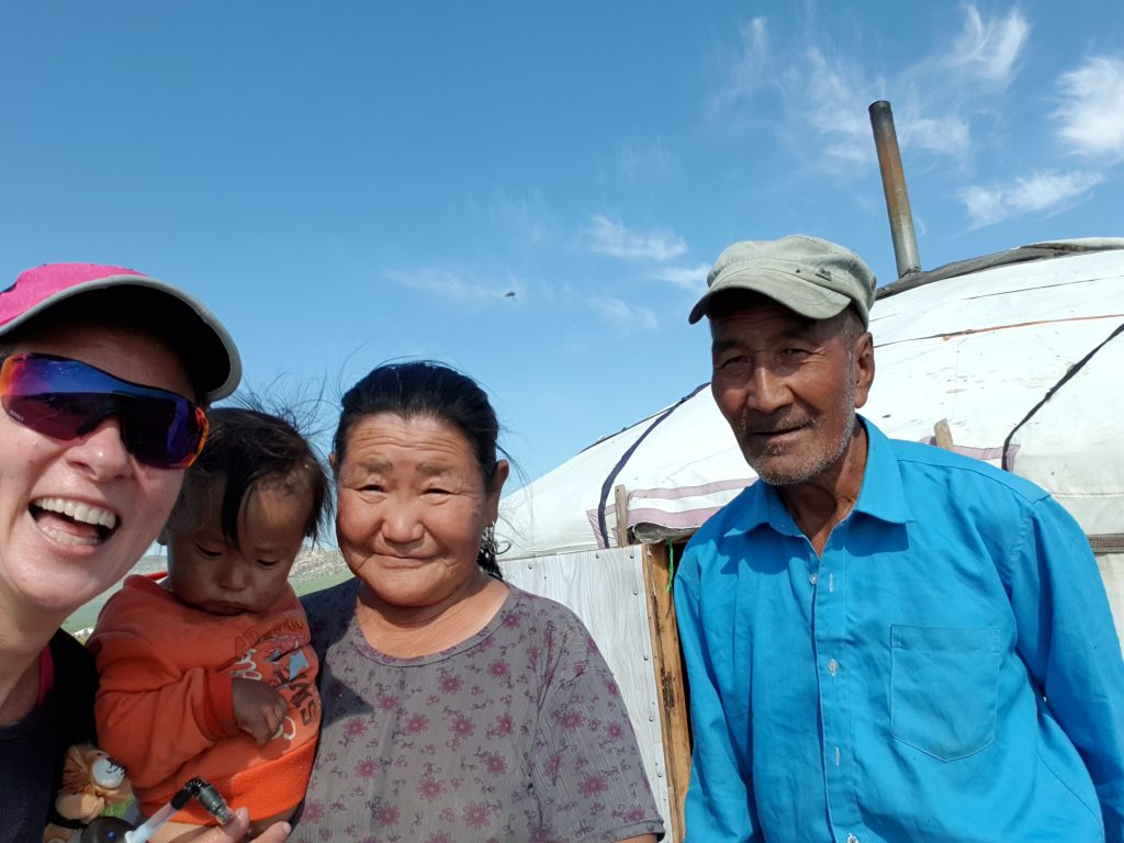 Menschengruppe vor Jurte, Mongolei