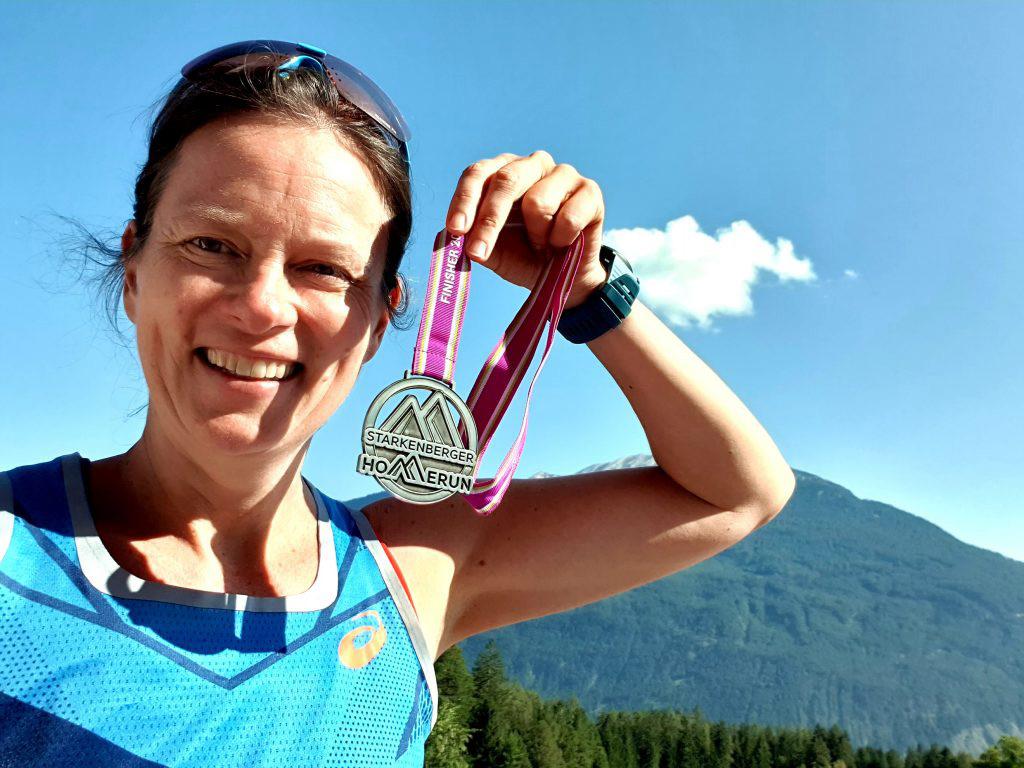 Andrea ist glücklich mit ihrer Medaille.