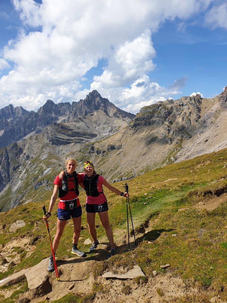 Judith und Andrea stehen happy auf einem Berg in Imst.