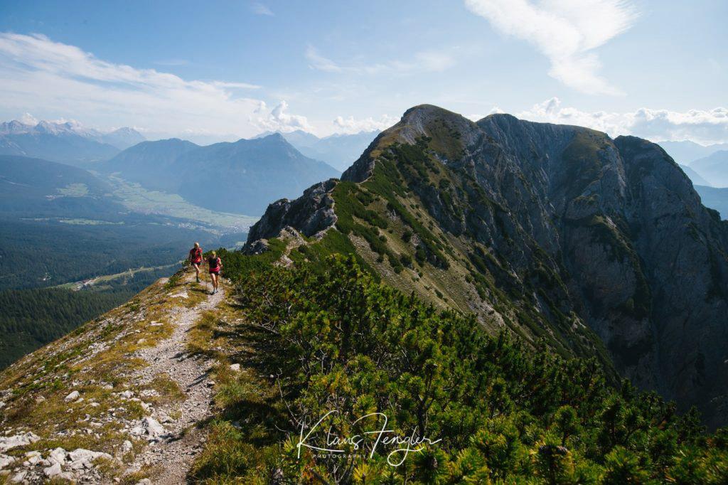 Dynafit Trailrun3 führt auf den Bergen entlang über Schotter.