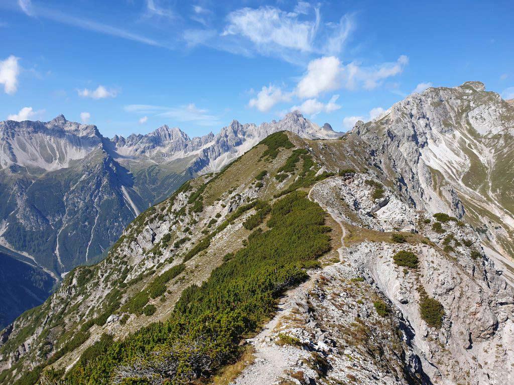 Der Trail in Imst führt bergauf über Stock und Stein.
