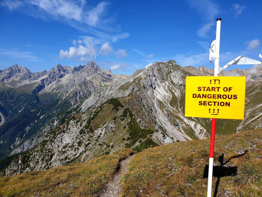 Warnschild für ein gefährlichen Abschnitt beim Dynafit Trailrun3 in Imst.